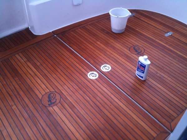 Rense teak på båt